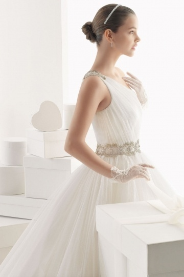 robe de mariée princesse en tulle à col asymétrique